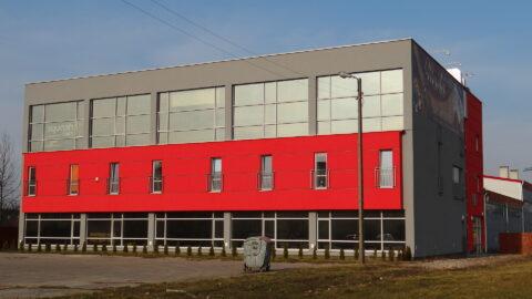 Szaro-czerowny Budynek i biuro klubu przy ulicy Kazimierozwskiej