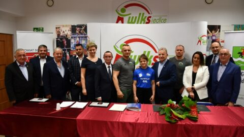 Patrycja Gil pozująca z działaczami WLKS po mistrzostwach w zapasach
