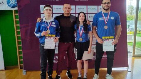 medaliści z trenerem